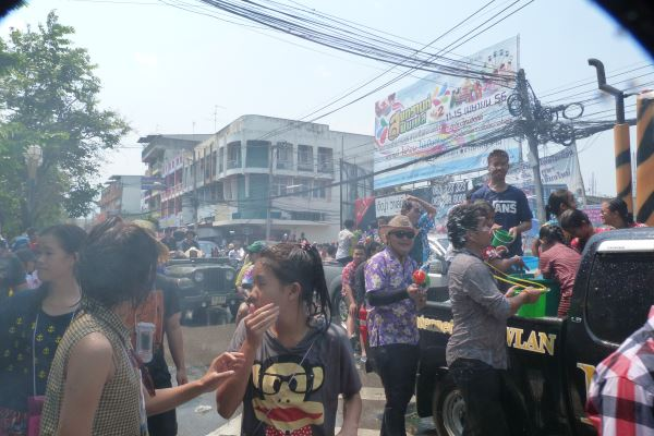 Songkran - absolutes Highlight in der heißen Zeit! Sorgt garantiert für Abkühlung!
